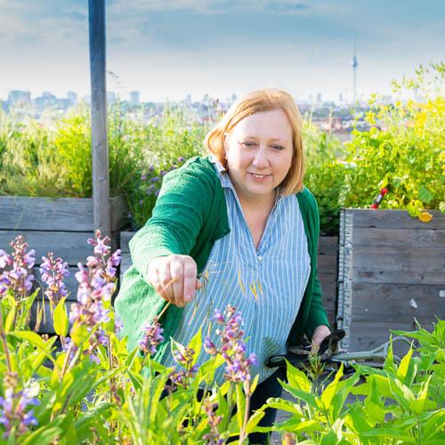 Bild zeigt Frau bei der Gartenarbeit im Klunkergarten.
