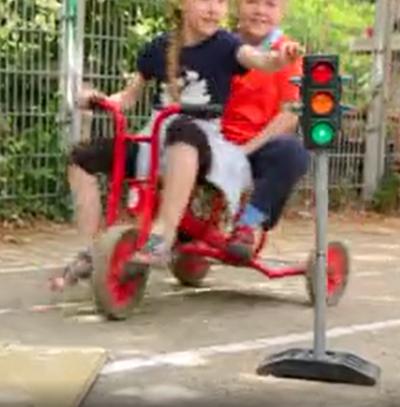 Bild zeigt Kinder auf Dreirad und Ampel